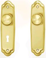 Tirador para puerta de armario empotrado, de latón dorado.